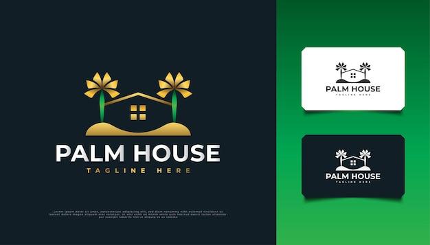 부동산, 여행 또는 관광 산업에 적합한 녹색 및 금색의 집 및 야자수 로고