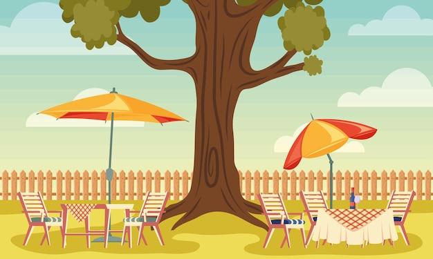 Задний двор дома с деревом и столами