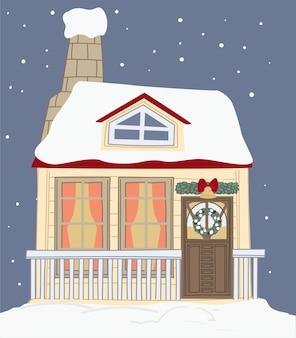 クリスマス休暇のために飾られた雪で覆われた家。入り口に松の枝とリボン付きの鐘のある家を建てる。新年と冬のクリスマスのお祝い。フラットスタイルのベクトル