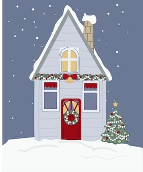 Заснеженный дом украшен гирляндами и соснами, венком и элементами праздника. филиалы и колокольчик с лентой у дверей. новогоднее и рождественское сезонное мероприятие зимой. вектор в плоском стиле