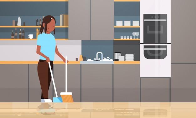 집안일 집 청소 개념 현대 부엌 인테리어 여성 캐릭터 전체 길이 가로 하 고 빗자루와 국자 소녀와 주부 청소 바닥