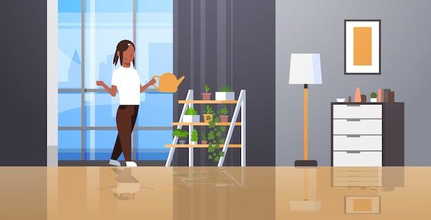 主婦が鉢植えの植物に水をまくラックに水をまくことができます振りかけることができる女の子家事のコンセプトをしている女の子モダンなリビングルームのインテリア女性の漫画のキャラクター全長水平