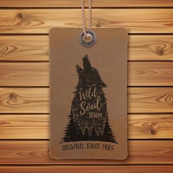 森の中でハウリングオオカミ。現実的なヴィンテージの値札、衣類のラベル、木の板のロゴテンプレート。