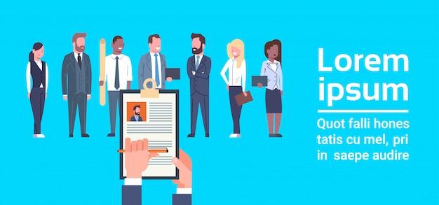Hr hand hold cv резюме бизнесмена над группой деловых людей выбирают кандидата на вакансию
