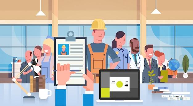 Hr manager hand hold cv резюме строителя над группой людей различные профессии чо