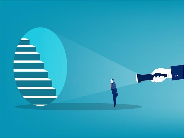 Человеческая рука держит фонарик к лестнице. бизнес-цель