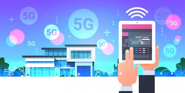 디지털 태블릿 온라인 모바일 앱 스마트 홈 시스템 제어 5g 온라인 무선 통신 현대 집 자동화 개념 수평을 사용하는 인간의 손