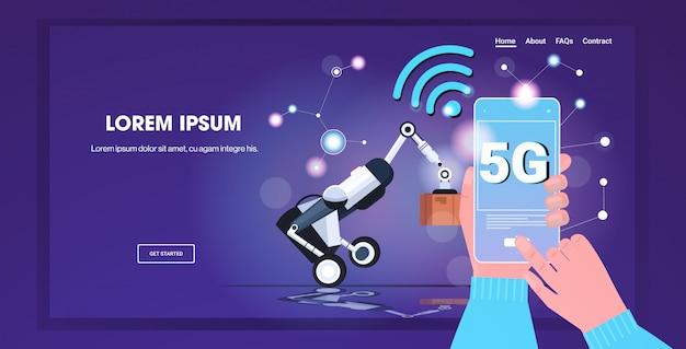 로봇 로더 5g 온라인 무선 시스템 연결 다섯 번째 혁신적인 세대 인터넷 개념을 제어하는 모바일 앱을 사용하는 인간의 손