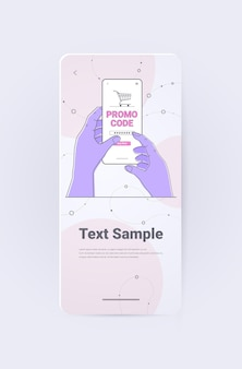 Человеческие руки выбирают промо-код скидки на экране смартфона онлайн-покупки