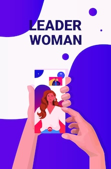 スマートフォン画面でのビデオ通話中に混血のビジネスウーマンのリーダーと話し合う人間の手仮想会議の概念肖像画垂直ベクトル図