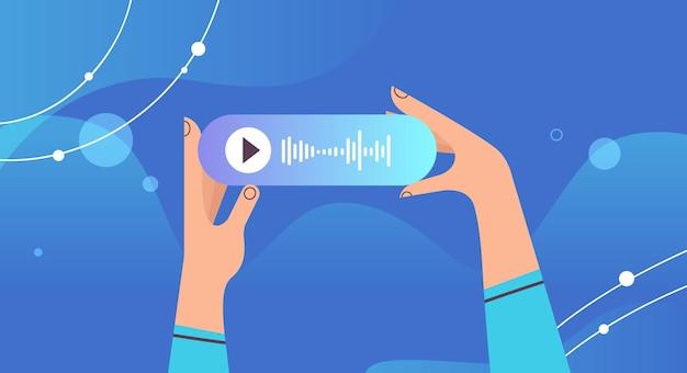 Человеческие руки держат аудио голосовое сообщение речи общаться в мессенджерах приложение аудио чат социальные сети концепция онлайн коммуникации горизонтальная векторная иллюстрация