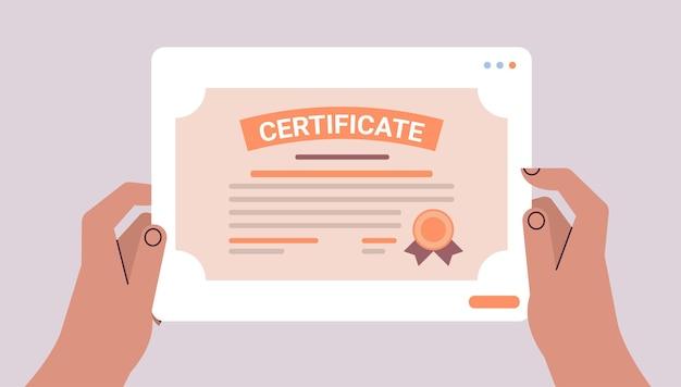 証明書テンプレートを保持している人間の手学術卒業証書学位大学教育知識概念水平