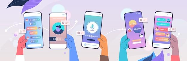 인간의 손에 녹음 또는 스마트 폰 화면에 음성 메시지 듣기 온라인 통신 개념 수평 벡터 일러스트 레이 션을 보내는 오디오 기록