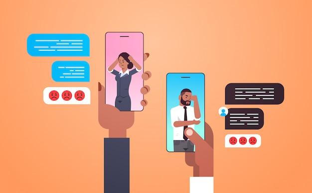 전화 소셜 네트워크 채팅 거품 통신 개념으로 논쟁하는 채팅 앱 사람들을 사용하는 인간의 손