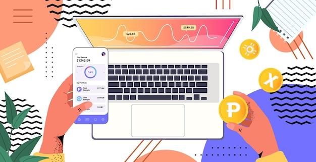 Человеческие руки, использующие приложение для майнинга криптовалюты на цифровых гаджетах, приложение для виртуальных денежных переводов
