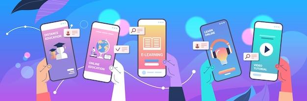 스마트 폰 화면에 모바일 교육 앱을 사용하는 인간의 손 온라인 교육 전자 학습 개념 수평 벡터 일러스트 레이션