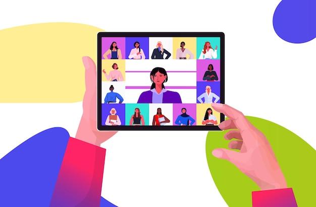 タブレットpcを使用して、ビデオ通話中に混血のビジネスウーマンのリーダーと話し合う人間の手仮想会議の概念の肖像画水平ベクトル図