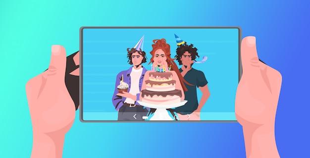 가상 재미 축하 개념을 갖는 온라인 파티를 축하 태블릿 pc 혼합 경주 친구를 사용하여 인간의 손. 화상 통화 가로 세로 그림 중에 논의하는 사람들