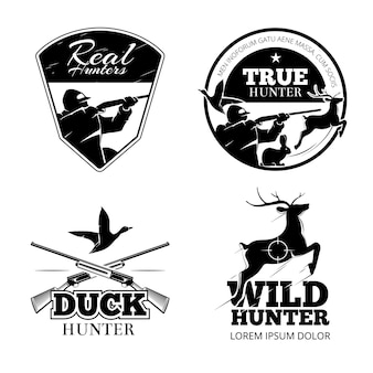 狩猟クラブのベクトルラベルとエンブレムを設定します。動物の鹿、ライフル、狙いのイラスト