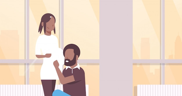 Муж слушает беременную жену живот пара мужчина женщина охватывает беременность и родительство