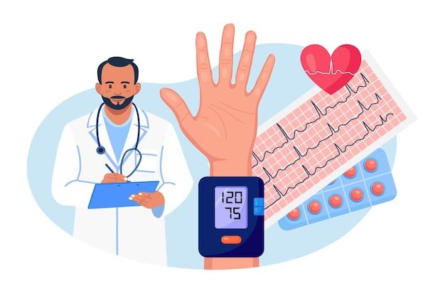 Гипертоническая болезнь или гипотония. кардиолог измеряет высокое кровяное давление у пациентов с помощью сфигмоманометра. врач, написание результатов кардиологического обследования, медицинского осмотра сердечно-сосудистой системы