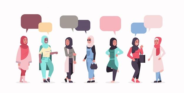 Ic женщины в хиджабе чат пузырь речи арабские девушки носить платок традиционные одежды стоя вместе общение концепция полная длина горизонтальный плоский