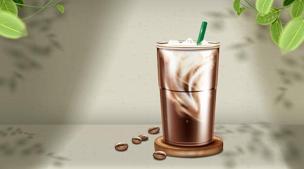 自然な緑色の背景にプラスチックカップのアイスコーヒーラテ