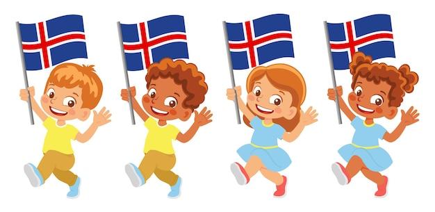 手にアイスランドの旗。旗を持っている子供たち。アイスランドの国旗