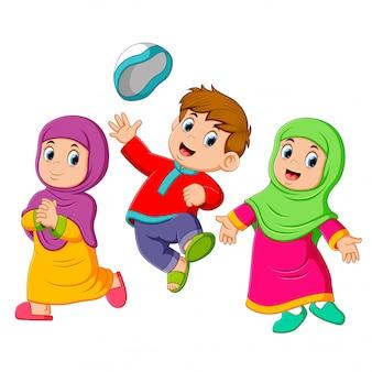 子供たちは遊んでいて、iedムバラクでジャンプしています