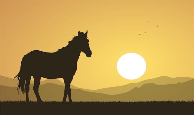 イラスト:夕日と馬のシルエットのある風景。
