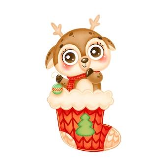赤いクリスマス靴下でクリスマスツリーのおもちゃを保持しているかわいい漫画のクリスマス鹿のイラスト