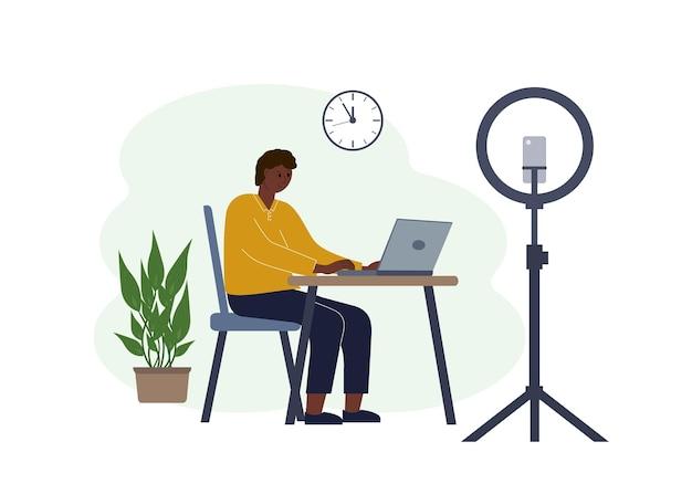 ノートパソコンを持ってテーブルにいる男性ブロガーのイラスト。トレーニングコースまたはブログのオンライン撮影