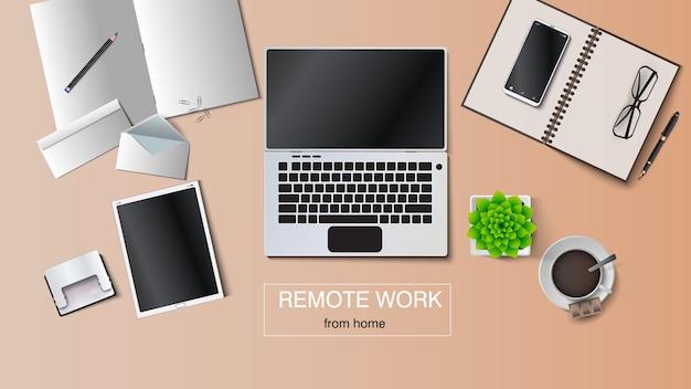 在宅勤務の職場のイラスト。ノートパソコン、タブレット、封筒、ノートブック、メモ帳、ペン、鉛筆、一杯のコーヒー、鉢植えの花、ホッチキス、スマートフォン。