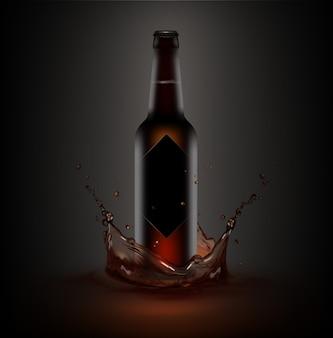 Иллюстрация коричневой бутылки пива с черной этикеткой в брызгах жидкости
