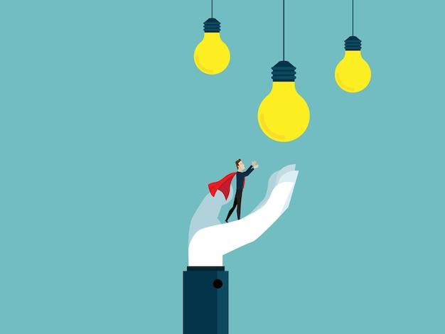 大きな助けを手にした実業家のイラストが電球のアイデアを得る
