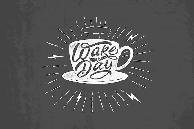 Иллюстрация кружки кофе с типографикой дня пробуждения на темно-сером фоне. старинные надписи на доске. шаблон для печати на футболке, блокноте, плакате, баннере, открытке, альбоме для рисования.