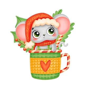 Иллюстрация милой мультяшной рождественской мыши в красной шляпе и шарфе в кружке чая