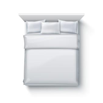 Иллюстрация двуспальной кровати с мягким пуховым одеялом, постельными принадлежностями и подушками на белом фоне, вид сверху