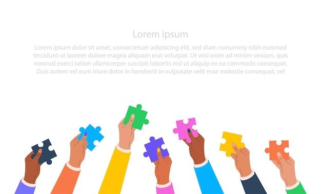 퍼즐을 들고 다른 국적의 손의 그림 팀워크의 개념