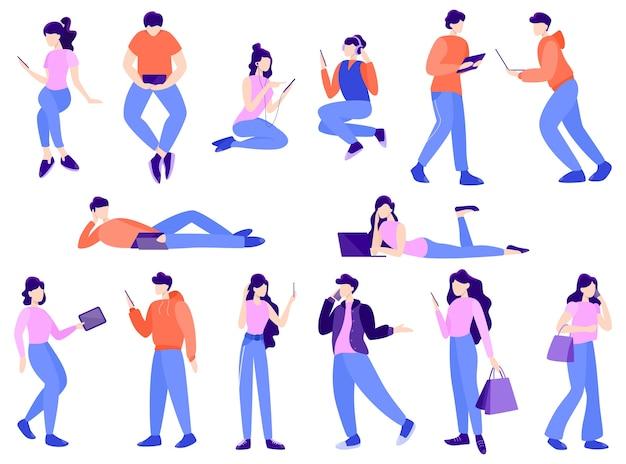 다른 기술 장치를 사용하는 사람들의 집합의 그림. 노트북과 스마트 폰을 가진 사람들. 소셜 미디어 개념. 콘텐츠 게시 및 공유를 위해 네트워크 사용.