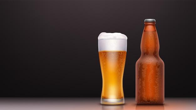 어둠에 물 방울과 빛나는 현실적인 차가운 병 및 맥주 잔의 그림