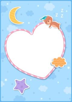 星の月と青の背景に雲で飾られたハートフレームに眠っているクマのイラスト。