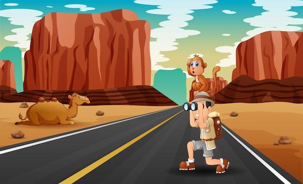 사막 도로에서 탐험가 소년의 그림