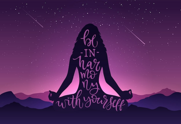 Иллюстрация силуэт девушки в медитации с каллиграфией быть гармонией с самим на фоне гор, неба, звезд. шаблон с буквами для баннера, плакат международного дня йоги