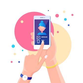 電話の着信。人は通話サービスと白い携帯電話を保持します。メッセージ付きスマートフォン、画面上の通知を呼び出します。ディスプレイ上の女性の写真。