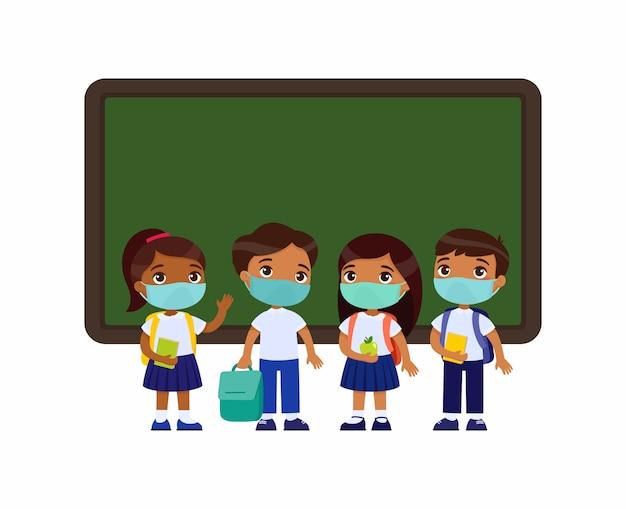 Индийские ученики с медицинскими масками на лицах. мальчики и девочки одеты в школьную форму, стоя возле доски героев мультфильмов. защита от вирусов, концепция аллергии. векторная иллюстрация