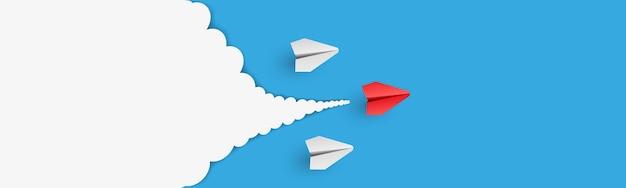 Индивидуальный лидер бумажный самолетик ведет другого с облаками на фоне пустой копии пространства