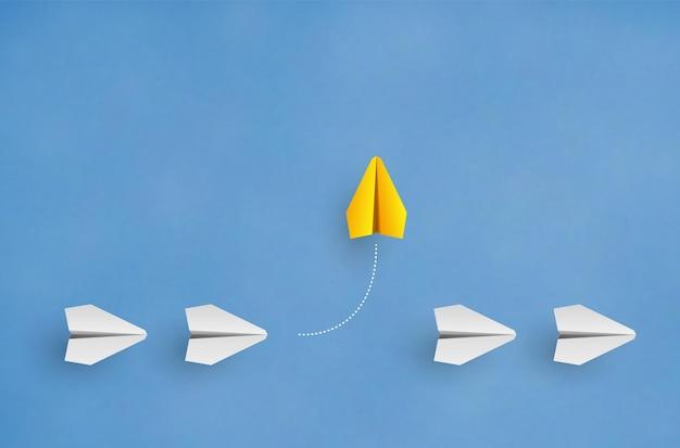 개성 개념 개별적이고 독특한 지도자 노란 종이 비행기가 측면 벡터 일러스트 레이 션으로 날아갑니다.