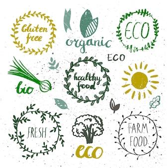 잉크 로고가 설정되었습니다. 배지, 레이블 잎, 리본, 식물 요소 월계수. 유기, 바이오 생태 에코 자연 디자인 템플릿입니다. 손으로 그림을 그리기입니다. 빈티지 벡터, 흑백