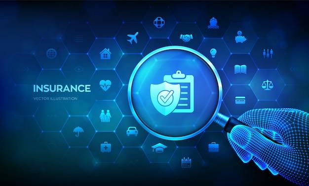 Концепция страховых услуг с лупой в руке. увеличительное стекло на виртуальном экране.